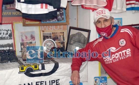 MILES DE RECUERDOS.- Aquí vemos al 'Vitoko' con su colección de zapatos de fútbol de exjugadores del Uní Uní, poleras y banderines.