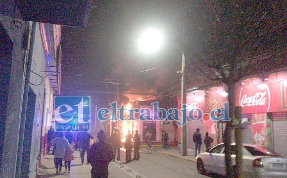 Las llamas consumiendo el local de la esquina. Finalmente Bomberos logró controlar la escena.