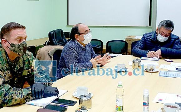 El delegado del jefe de la Defensa Nacional, comandante Patricio Ochoa, junto al gobernador Claudio Rodríguez y el alcalde (s) Jorge Jara durante la reunión en que se determinó intensificar el control de peatones.