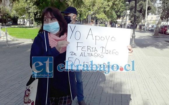 Acá una mujer sostiene el cartel donde dice 50 años de patrimonio.