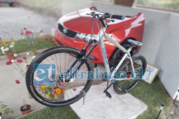 BICICLETA ROBADA.- Esta es la bicicleta que instaló la familia de Itam en su animita, pero fue robada por desalmados al pasar.