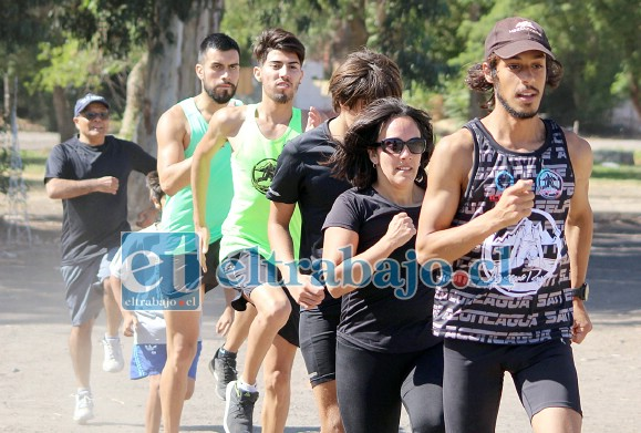 ARRANCAMOS DE NUEVO.- Con gran fuerza y vigor corren los jóvenes atletas de nuestra comuna los fines de semana en el Estadio Fiscal.