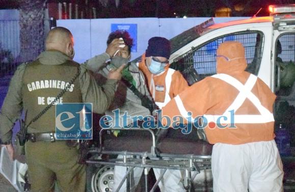 HERIDO PERO CONSCIENTE.- Las  cámaras de Diario El Trabajo registran el momento cuando el conductor herido es trasladado a la ambulancia.