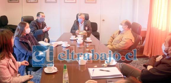 El equipo municipal con el gobernador de la provincia de San Felipe durante la productiva reunión realizada la mañana de este lunes.