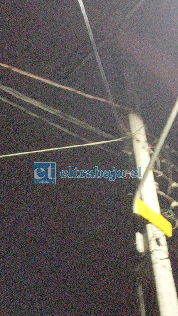 Uno de los cables que llevaba luz a las personas en toma.