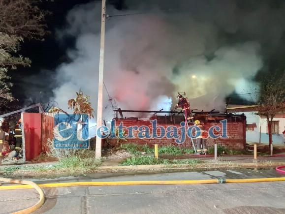 Bomberos en plena faena para controlar incendio en calle Ana Galindo con Viterbo Tapia. (Foto gentileza @aconcaguaradio)