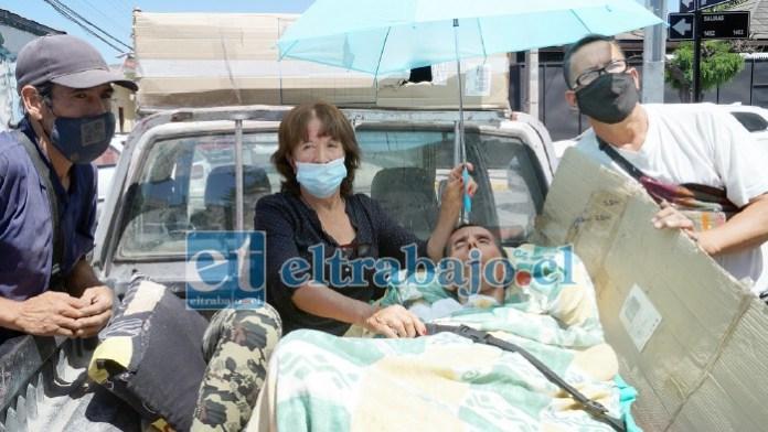 PAGAN JUSTOS…- Las cámaras de Diario El Trabajo registran esta desgarradora escena, no hubo ambulancia para trasladar a este paciente postrado a un centro de rehabilitación.