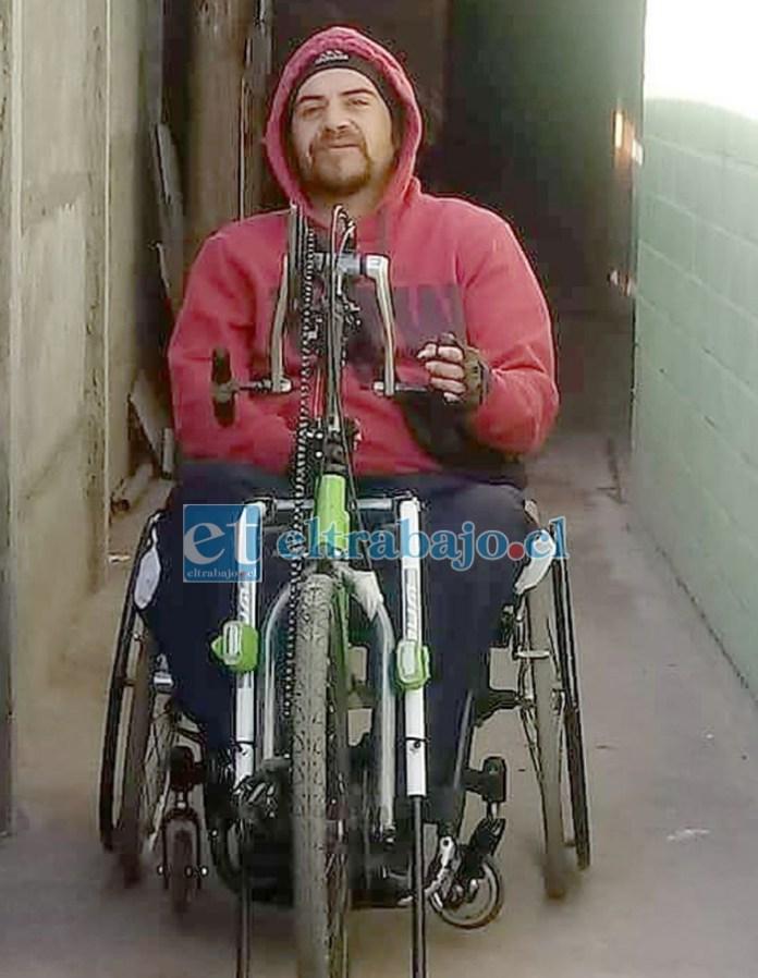 Aquí tenemos a este joven aconcagüino luchando en su silla de ruedas mecánica, a pura fuerza. Él ofrece su pensión de $100.000 para que alguien le ayude en la mañana y en la tarde a levantarse y acostarse.