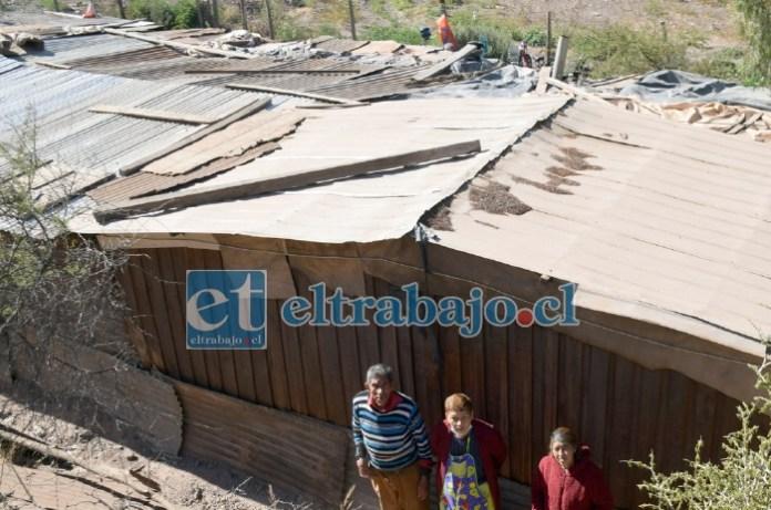 CERRO ABAJO.- En estas condiciones está la techumbre de la media agua donde vive doña Natividad en el cerro La Virgen, camino al vertedero La Hormiga.