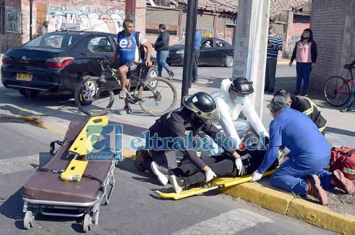 DELICADA.- Las cámaras de Diario El Trabajo captan el momento cuando rescatistas de Bomberos y del SAMU atienden a la paciente más grave para luego subirla en camilla a la ambulancia.