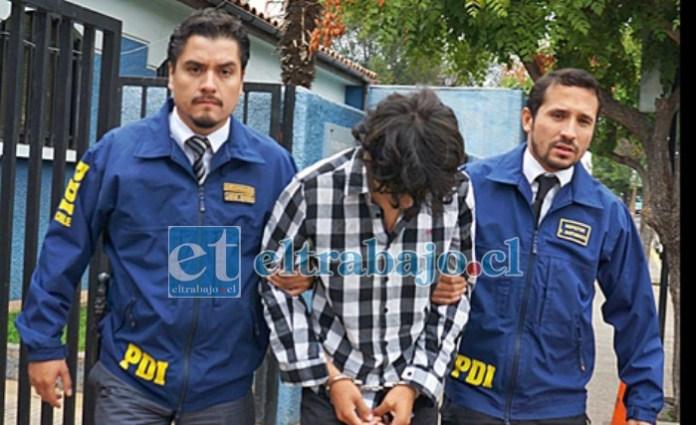 LIBRE AL FIN.- El imputado saliendo del cuartel de la PDI en San Felipe.