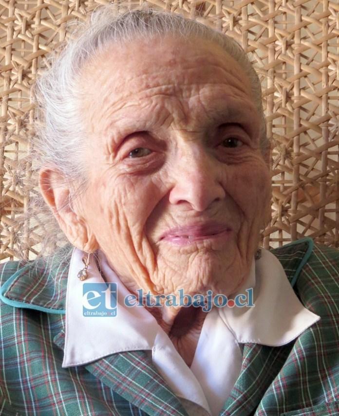 Julia Islanda Salgado López, Hija Ilustre de San Felipe, profesora muy querida.