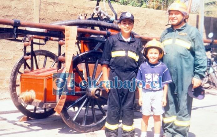 SANGRE BOMBERIL.- Aquí vemos a don Luis Jara con sus hijos José Ignacio y Camilo Andrés, cuando eran chicos; ahora sus tres hijos son bomberos de la misma Compañía.