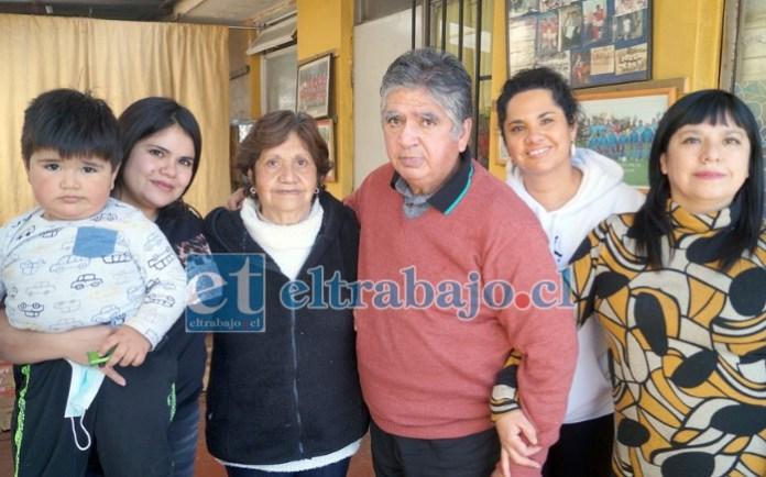 MUY REGALONEADO.- De izquierda a derecha: Daniela Ferrada Ferrada (nieta), Santiago Carrasco Ferrada (bisnieto), María Montenegro Cantillano (esposa), Omar Ferrada Lagos, Claudia Ferrada Montenegro (hija), Karina Ferrada Montenegro (hija).