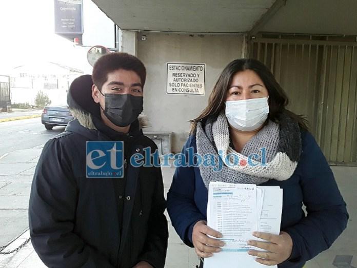 Marjorie junto a su hijo John, saliendo del centro médico.