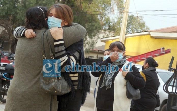 ABRAZOS DE ORO.- Muestras de mucho cariño y solidaridad recibieron las hijas de don Juan Mira durante este amargo trago.