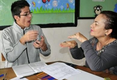 Resultado de imagen para persona sorda ecuador