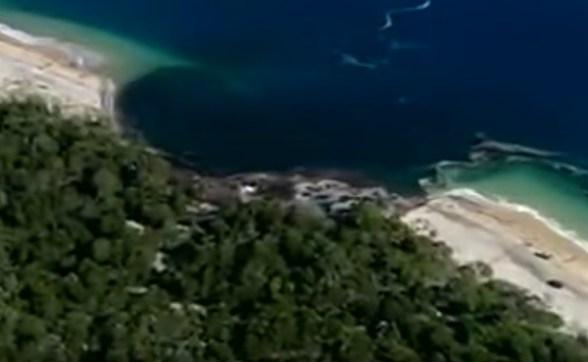 Resultado de imagen de Un agujero en el mar se traga una playa de una isla australiana