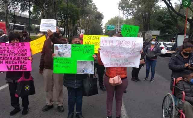 Pacientes del IMSS en sillas de ruedas bloquean Periférico Norte; exigen hemodiálisis