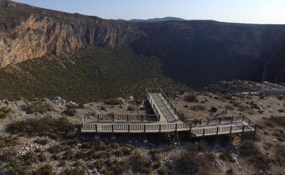 Portada de la revista Playboy de Venezuela en mayo de 2007 (izq) y el alcalde de San Luis Potosí, Xavier Nava Palacios