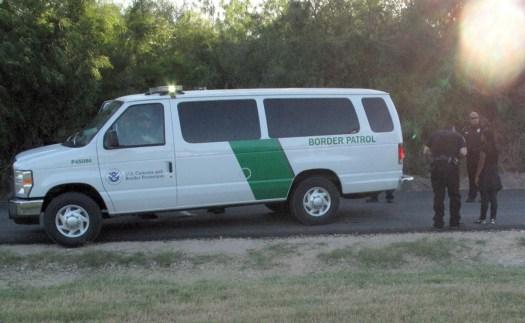 Agentes de la patrulla fronteriza de Estados Unidos detienen a un migrante en el estado estadounidense de Nuevo México