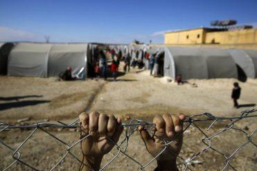 (WEB) 211716_Kurdish_refugee_boy_from_the_Syrian_town_of_Kobani_holds_onto