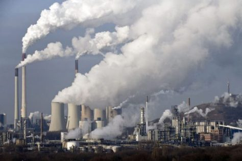 Supuestamente, Marx y Engels no tenían respuesta alguna a las cuestiones ecológicas que constituyen la principal preocupación en nuestros días. Sin embargo, un examen serio de sus escritos muestra los atisbos ecológicos contenidos en su obra.