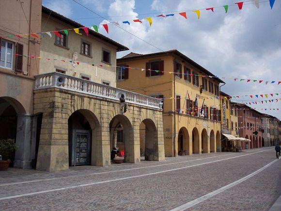 Le ex prigioni con la terrazza e il municipio di Cascina (Pi) che si affacciano sul corso Matteotti