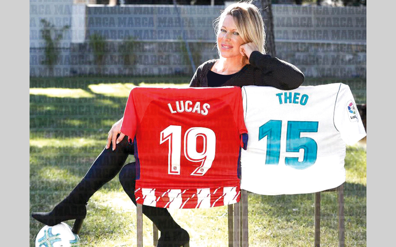 بيي لاورنس، والدة ثيو ولوكاس لاعبي الريال وأتلتيكو. من المصدر
