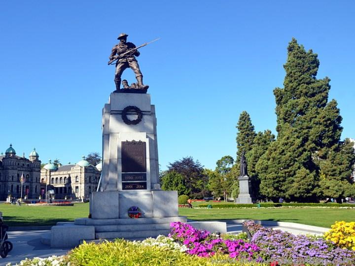Estátua na frente do Legislature Building em Victoria em homenagem aos soldados canadenses