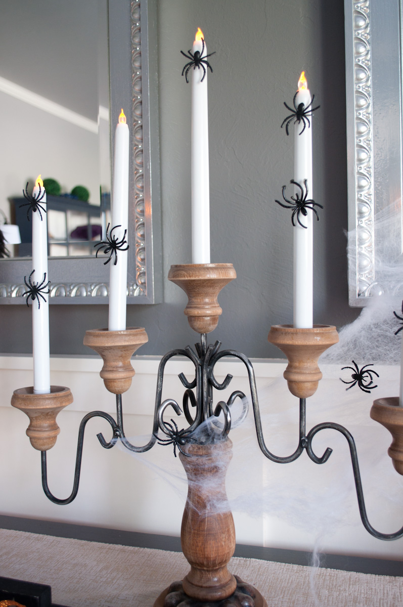 This Halloween dining room was so fun to put together and it was super inexpensive! #halloweendecor #halloweentablescape #budgetdecor