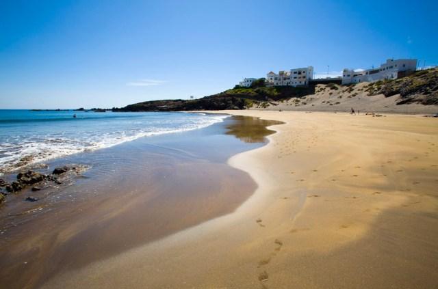Plaja de lângă sătucul El Poris - un far lângă, ape cristaline.