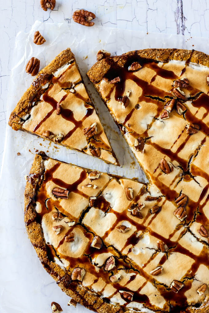 If you're looking for a fun dessert for the holidays, this sweet Pumpkin Pie Dessert Pizza is for you! It's flavorful, vegan, gluten-fre<img src=