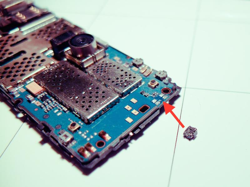 Defektes Nokia Handy nach dem Öffnen des Gehäuses