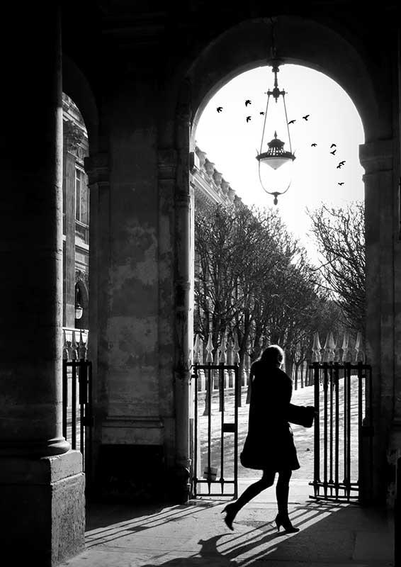 Parisienne au Jardin du Palais Royal