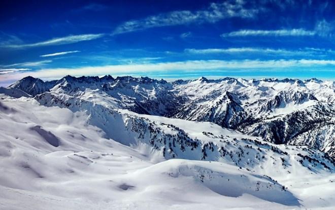 Vista panorámica de la cara norte de la Vall d'Aran, Pirineos (a panoramic view of the north-facing side of the Val d'Aran in the Pyrenees)
