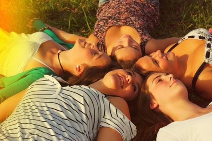 amizade-que-nem-o-tempo-destroi-textos-sobre-amigos-amizade-blog-conversando-com-a-lua-amigas-tumblr-cinco-amigas-muitos-meninas-sorrisos-felicidade-happy-friends-blogger