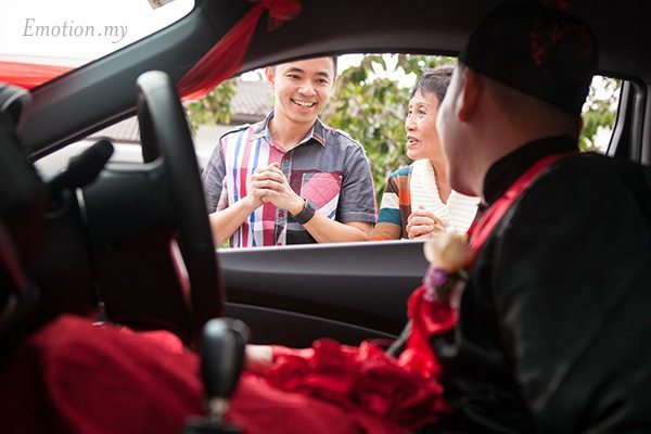 malaysia-chinese-wedding-open-car-door