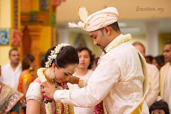 hindu-wedding-garland-michelle-iking-kishore