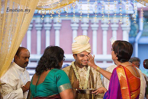 ceylonese-wedding-kumkum-powder-groom