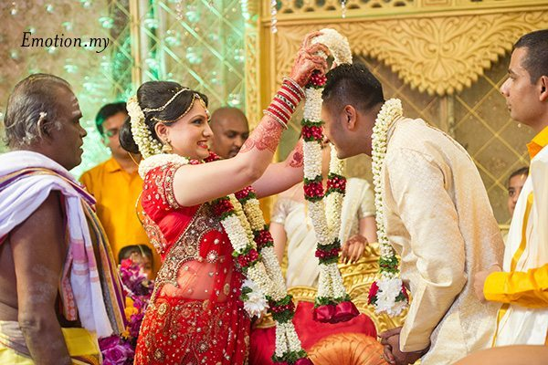 hindu-malayalee-wedding-ceremony-garlands-suraj-malathi