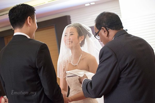 christian-wedding-ceremony-exchanging-vows-shin-wei-chwee-ling