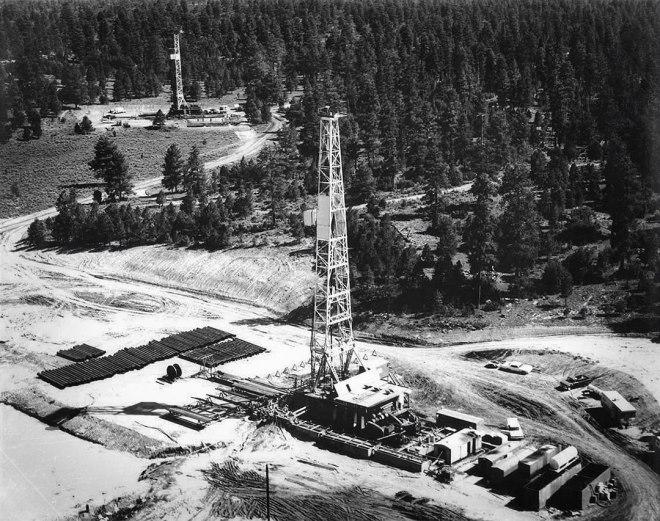 Pohled na vrt (vpředu), kde se projekt Gasbuggy uskutečnil, v roce 1967. Dnes se provádí pravidelný monitoring, který zatím neodhalil nic neobvyklého.