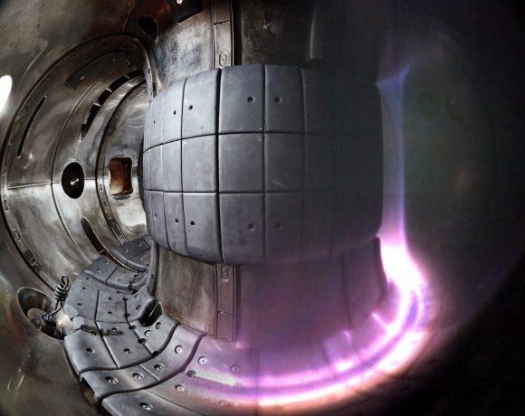 Kombinovaný snímek, na kterém je pohled do komory tokamaku COMPASS v běžnm stavu a s plazmatem (foto IPP)