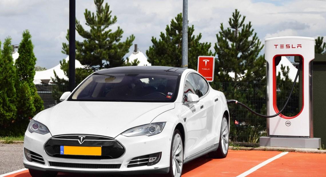 Tesla Model S u nabíjecí stanice (foto Alexandre Prévot)