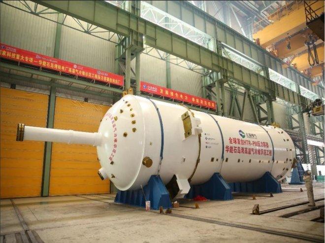 Reaktorová nádoba reaktoru HTR-PM před uložením na místo v roce 2017. V budově je postavena na výšku. Ta je zhruba 25 metrů, samotná aktivní zóna, kde probíhá reakce, pak 11 metrů. V její spodní části je také vidět otvor, kde se z něj odstraňuje vyhořelé palivo, nové se doplňuje shora. (foto CNC)