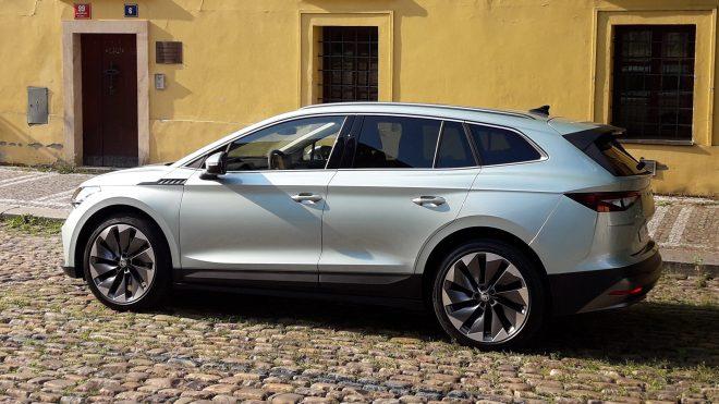Enyaq je postavený na nové elektrické platformě MEB koncernu Volkswagen, která má vodou chlazenou trakční lithium-iontovou baterii umístěnou mezi koly. (foto: Vladimír Löbl)