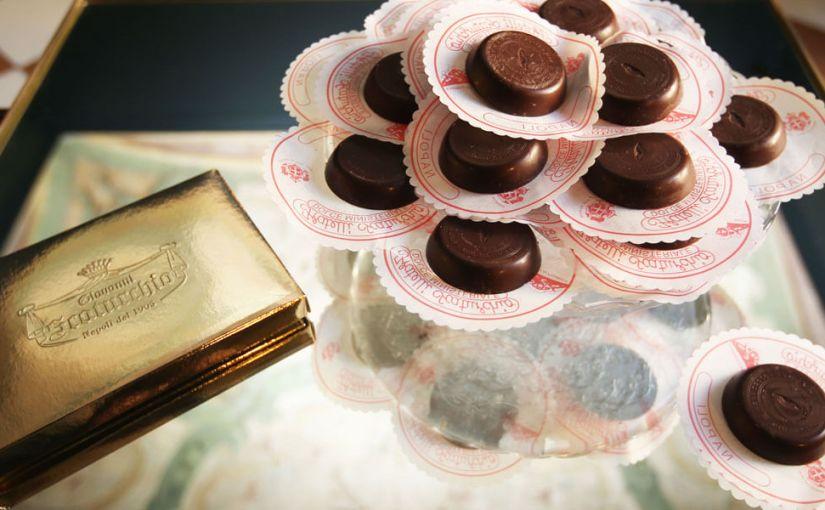 """La storia della famiglia Scaturchio: le loro creazioni artigianali, i classici dolci napoletani e quella ricetta segreta del famoso """"Ministeriale"""", medaglione di cioccolato fondente nato per amore di una ballerina."""