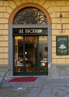 """La storia del """"Al Bicerin"""", il caffè più antico di Torino, dove anche Cavour amava sorseggiare la storica bevanda che dal 2001 è nell'elenco dei Prodotti Agroalimentari  Tradizionali della Regione Piemonte."""