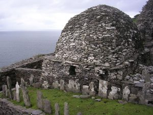 Skellig_Michael_-_cemetery_and_large_oratory